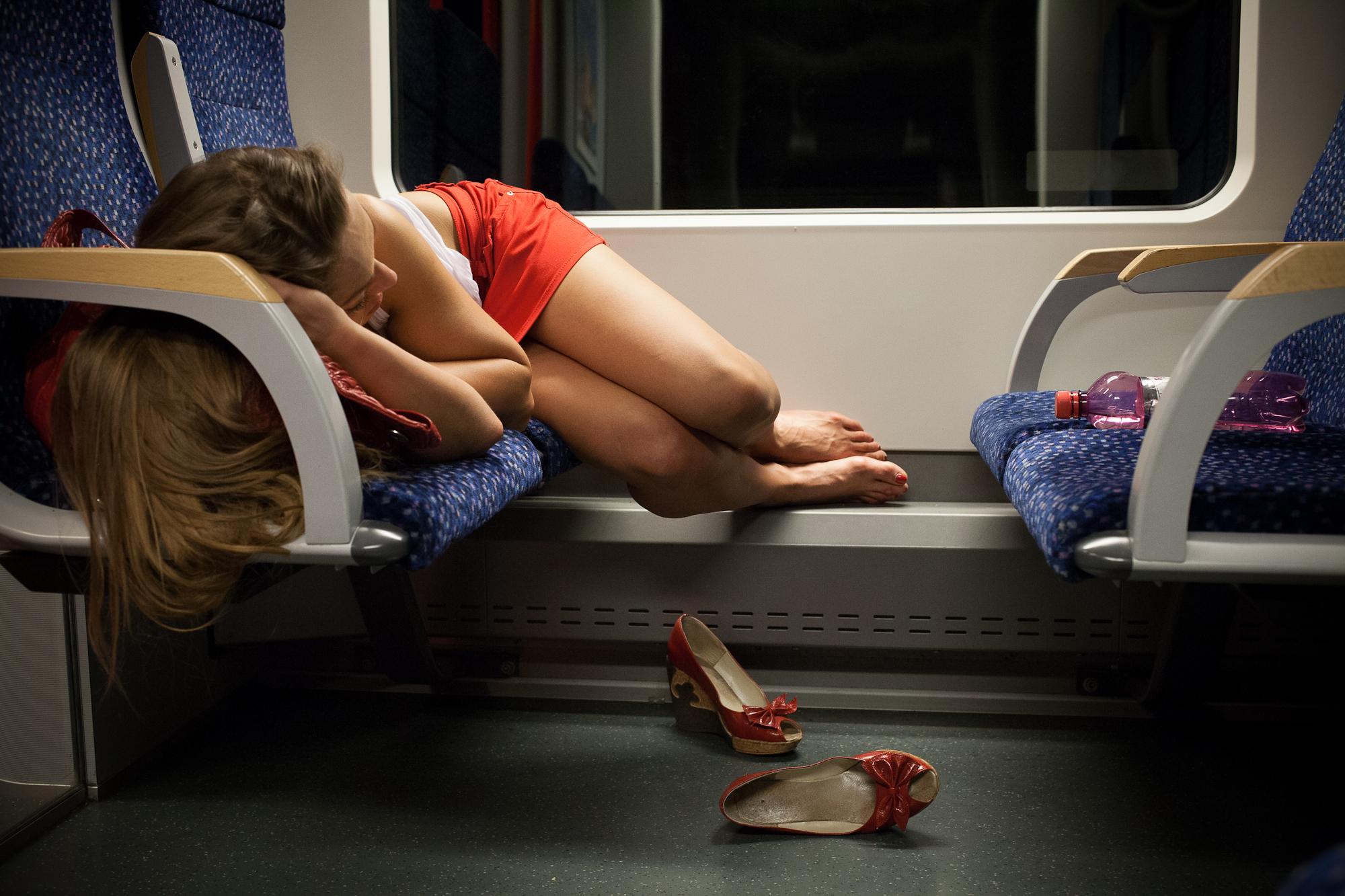 Спящая девушка в поезде фото 10 фотография