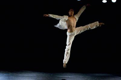 8210 Karina Sarkissova  Beichte  Denys Chervynko flies through the air jpg